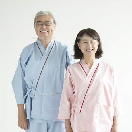 患者衣を着たシニア夫婦の素材 [FYI00491373]