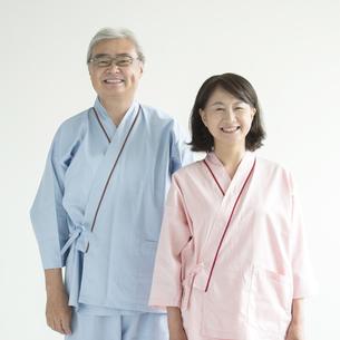 患者衣を着たシニア夫婦の写真素材 [FYI00491373]