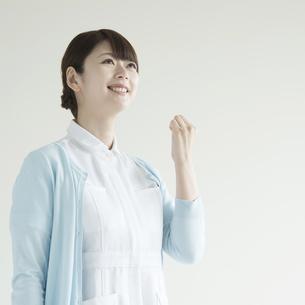 ガッツポーズをする看護師の写真素材 [FYI00491374]
