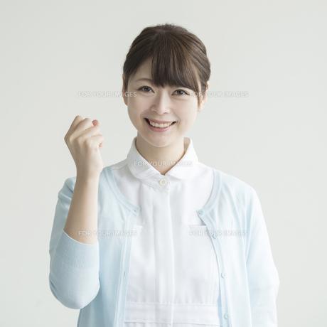 ガッツポーズをする看護師の写真素材 [FYI00491375]