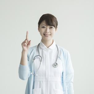 指差しをする看護師の写真素材 [FYI00491385]