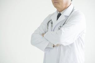 腕組みをする医者の写真素材 [FYI00491386]