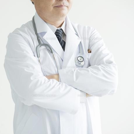 腕組みをする医者の写真素材 [FYI00491387]
