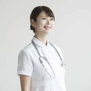 微笑む看護師の写真素材 [FYI00491390]