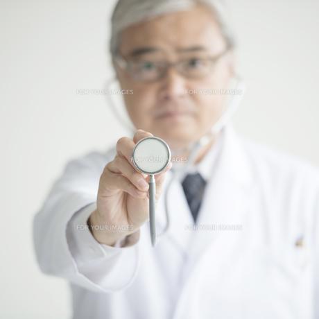 聴診器を持つ医者の手元の写真素材 [FYI00491393]