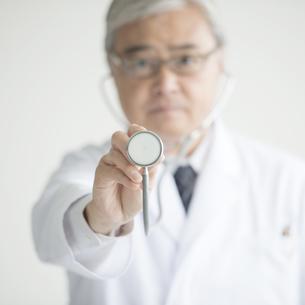 聴診器を持つ医者の手元の素材 [FYI00491393]