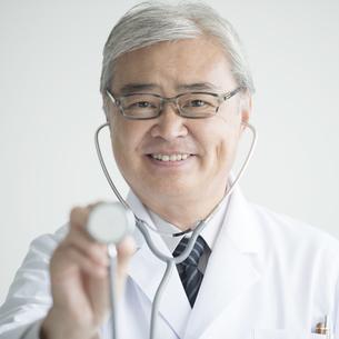 聴診器を持つ医者の写真素材 [FYI00491394]