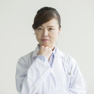 考え事をする女医の写真素材 [FYI00491395]