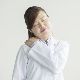 肩こりに悩む女医の写真素材 [FYI00491397]