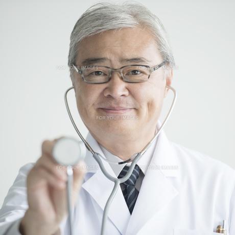 聴診器を持つ医者の素材 [FYI00491398]