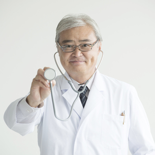 聴診器を持ち微笑む医者の素材 [FYI00491399]
