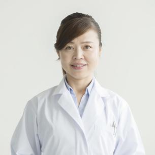 微笑む女医の写真素材 [FYI00491401]