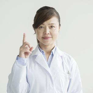 指差しをする看護師の写真素材 [FYI00491402]