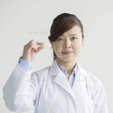 薬を持つ女医の写真素材 [FYI00491404]