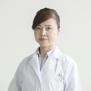 真剣な表情をする女医の写真素材 [FYI00491405]