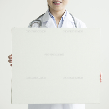 メッセージボードを持つ女医の手元の写真素材 [FYI00491409]