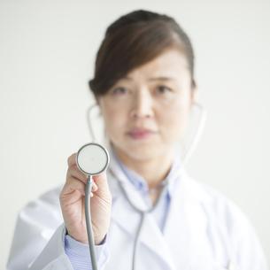 聴診器を持つ女医の手元の写真素材 [FYI00491410]
