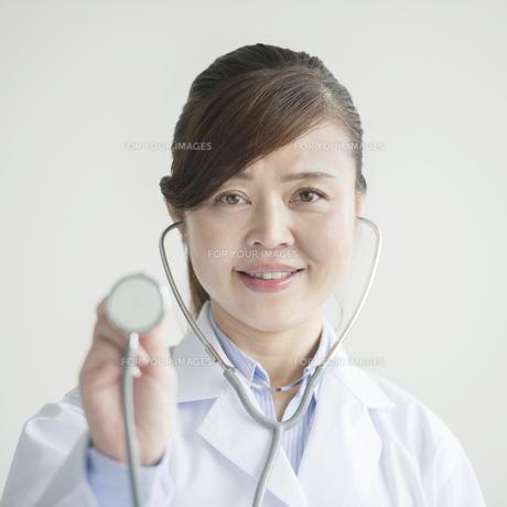 聴診器を持ち微笑む女医の素材 [FYI00491412]