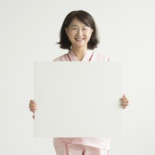 メッセージボードを持ち微笑む患者の素材 [FYI00491417]
