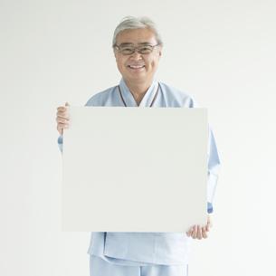 メッセージボードを持ち微笑む患者の写真素材 [FYI00491420]