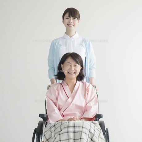 患者の乗る車椅子を押す看護師の写真素材 [FYI00491429]