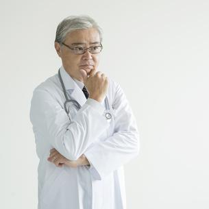 考え事をする医者の写真素材 [FYI00491430]