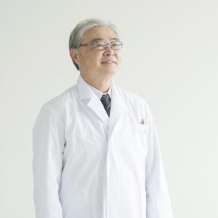微笑む医者の写真素材 [FYI00491438]
