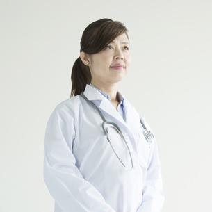 真剣な表情をする女医の写真素材 [FYI00491440]