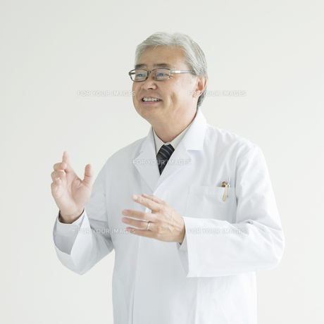 微笑む医者の写真素材 [FYI00491442]