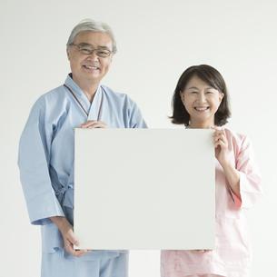 メッセージボードを持ち微笑む患者の素材 [FYI00491445]