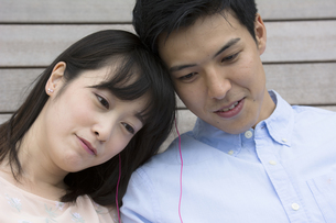 音楽を聴くカップルの素材 [FYI00491473]