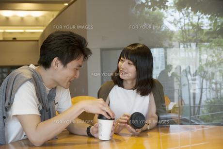 カフェで話すカップルの素材 [FYI00491486]
