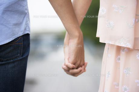 手をつなぐカップルの素材 [FYI00491489]