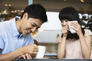 カフェで話すカップルの素材 [FYI00491490]
