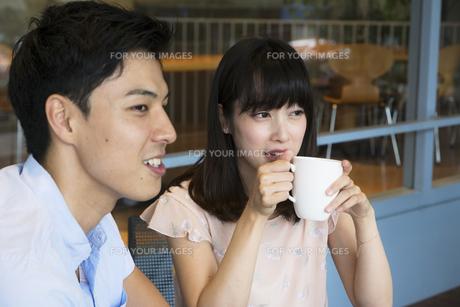カフェで話すカップルの素材 [FYI00491491]