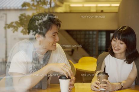 カフェで話すカップルの素材 [FYI00491495]