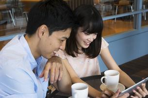 カフェで話すカップルの素材 [FYI00491496]
