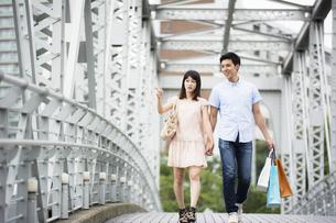 街でショッピングするカップルの素材 [FYI00491501]