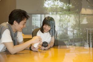 カフェで話すカップルの素材 [FYI00491502]