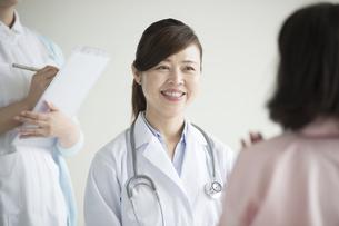患者の診察をする女医の写真素材 [FYI00491503]