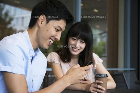 カフェで話すカップルの素材 [FYI00491504]