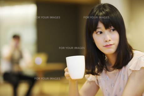 お茶する女性の素材 [FYI00491534]