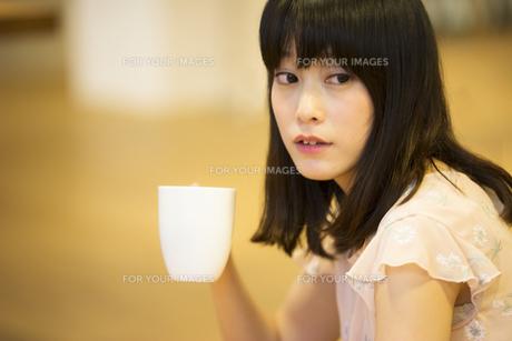 お茶する女性の素材 [FYI00491536]