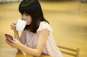 お茶する女性の素材 [FYI00491537]