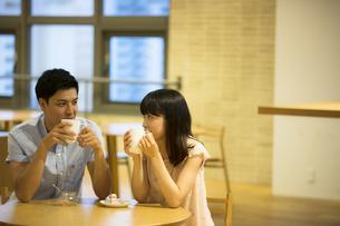 カフェで話すカップルの素材 [FYI00491557]