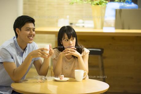 カフェで話すカップルの素材 [FYI00491558]