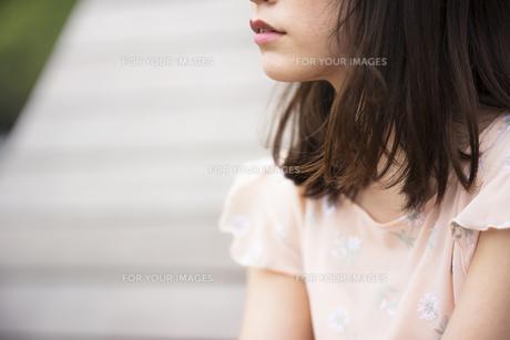 悩む女性の素材 [FYI00491560]