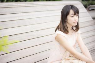 座っている女性の素材 [FYI00491564]