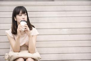 人を待つ女性の写真素材 [FYI00491568]