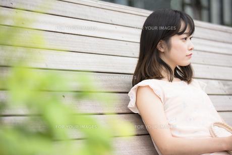 座っている女性の素材 [FYI00491572]